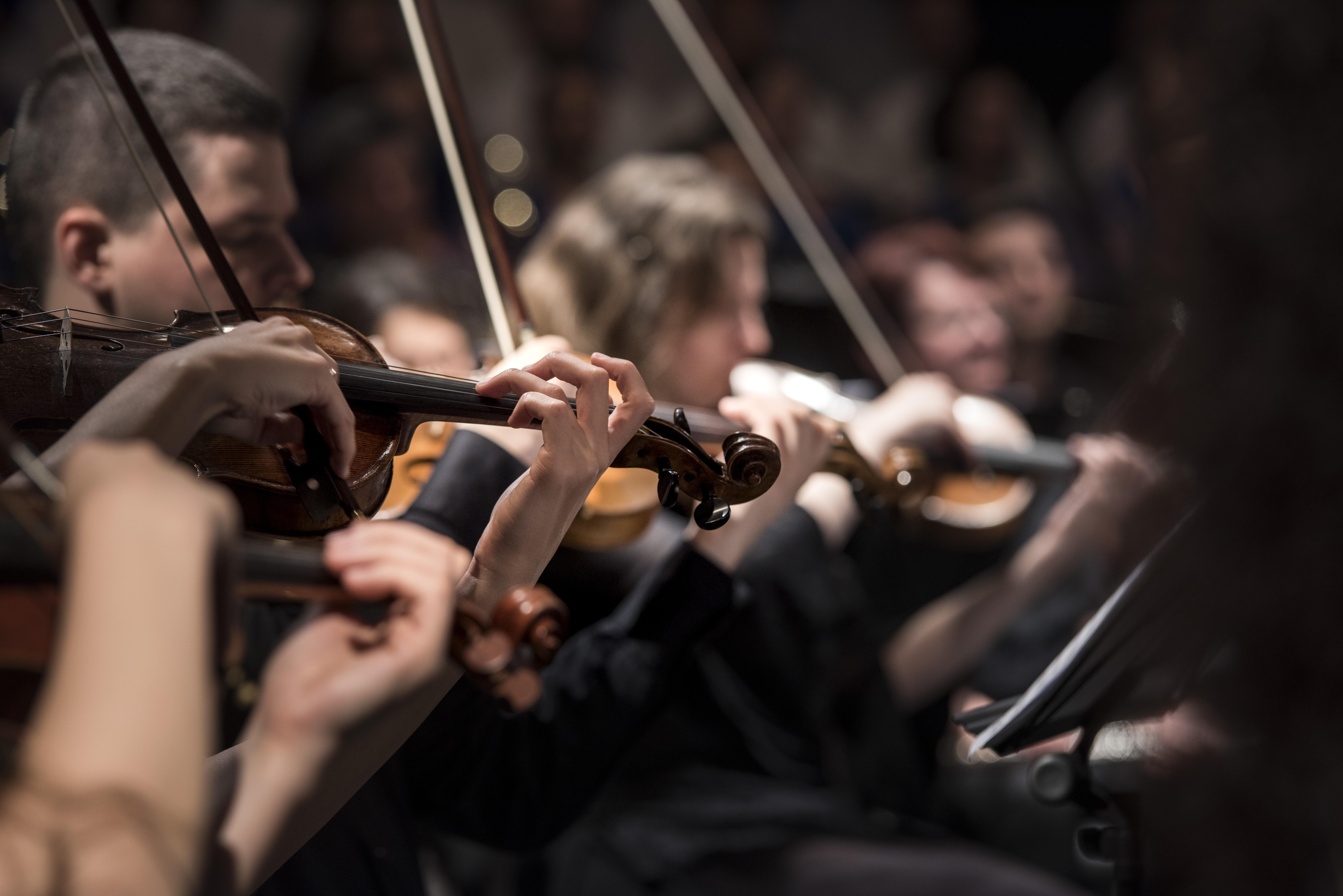 Geigenspielendes Orchester